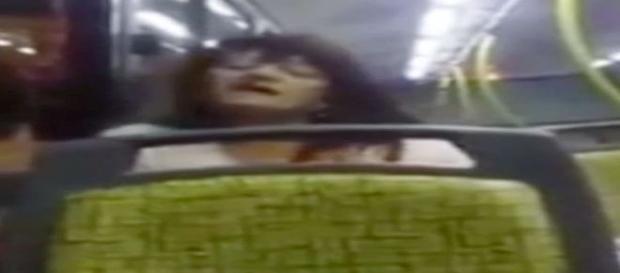 Passageiro filma momento da 'possessão' no interior do ônibus