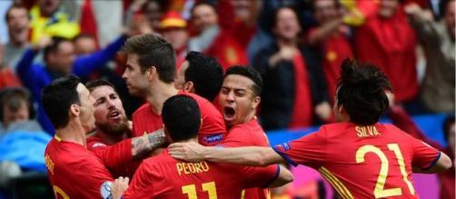 Los jugadores españoles celebrando el gol de Gerard Piqué
