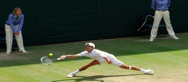 Djokovic stretching for a ball during 2011 Wimbledon/ Photo: Kate (Flickr) CC BY-SA 2.0