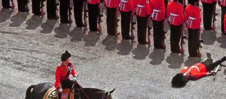 Guardia inglese perde i sensi durante parata
