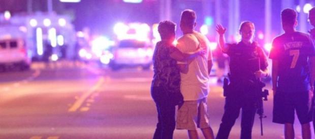 Atirador mata mais de 20 pessoas em boate gay nos Estados Unidos