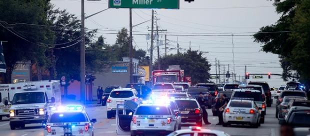 Polícia em frente à boate Pulse, em Orlando