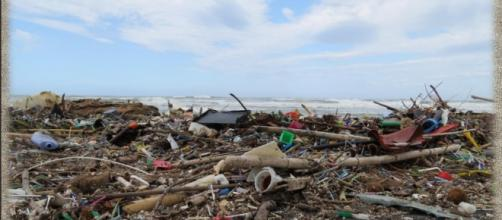 Spiagge italiane: 714 rifiuti ogni 100 metri. L'allarme di Legambiente