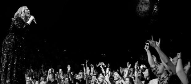 Adele foi às lágrimas durante show. Foto: Facebook