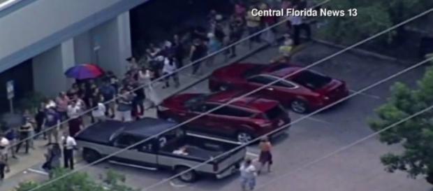Pessoas fazem fila para doar sangue. Foto: reprodução/Central Florida News