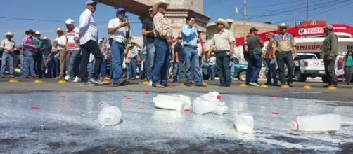 Lecheros de Jalisco protestan tirando leche de empresas acusadas de traer sus insumos del extranjero.