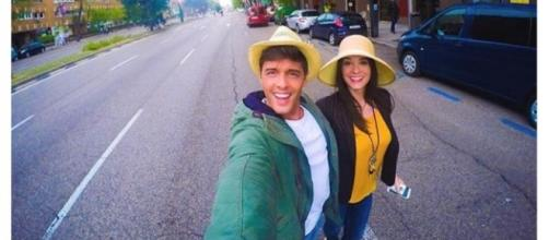 Lukas y Ruth, paseando juntos sonrientes