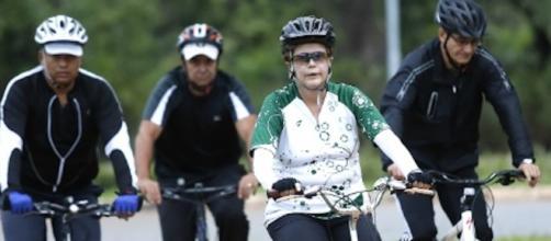 Presidente afastada Dilma Rousseff realiza pedaladas matinais em Brasília