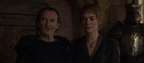Qyburn y Cersei en el salón del Trono de Hierro