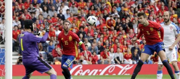 Gerard Piqué marca el gol de la victoria ante República Checa