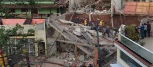 Bombeiros trabalham no resgate das vítimas do desabamento