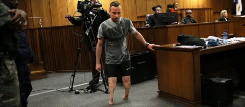 Pistorius cammina senza protesi durante il processo.
