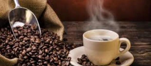 Cientistas aconselham misturar leite frio ao café para evitar a doença