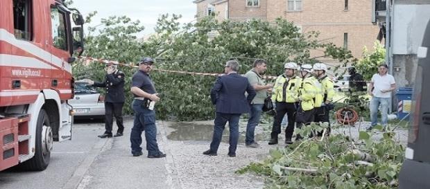Le forze dell'ordine ed i vigili del fuoco accorsi sul luogo dell'incidente in cui ha perso la vita la 57enne