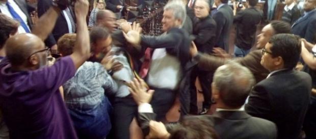 Vereadores saem no tapa durante discussão política - Foto/Varela Notícias