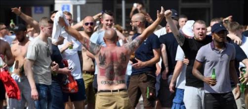 Varios seguidores de Inglaterra animando a su equipo antes de un partido