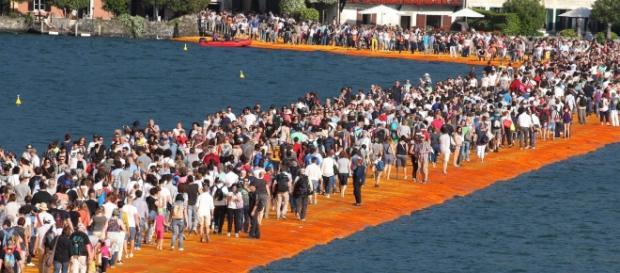 I turisti prendono d'assalto la passerella del lago d'Iseo