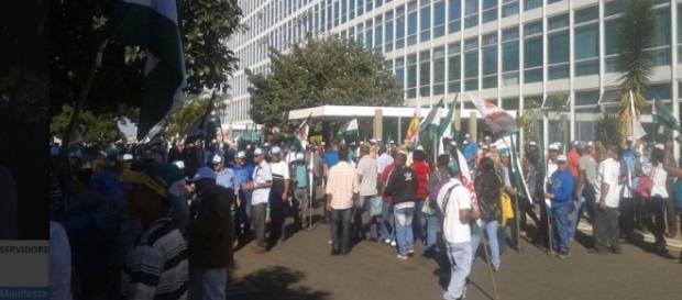 Manifestantes invadem prédio de Ministério