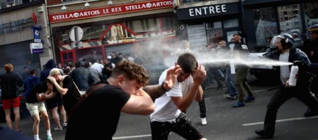 Policía dispersando a los ultras