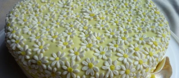 Torta alla crema di limone con decorazione