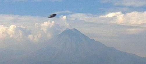 Ufo: disco volante sopra vulcano ripreso da web cam?
