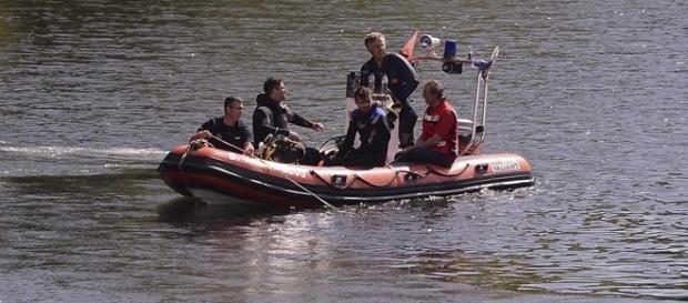 Buscas estão a cargo de mergulhadores e bombeiros