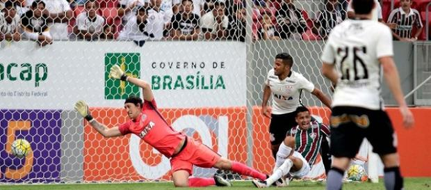 Cícero marca e garante vitória do Fluminense sobre o Corinthians no Mané Garrincha (Fonte: Felipe Costa / Futura Press)