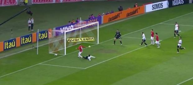 Eduardo Sasha marca o primeiro gol do Inter contra o Atlético-MG (Foto: Reprodução/TV Globo)