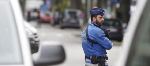 Policía haciendo guardia en la operación policial