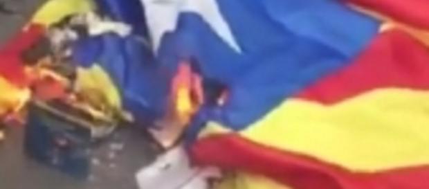 Imagen del vídeo con la quema de la 'estelada' que ha ofendido a Catalunya.