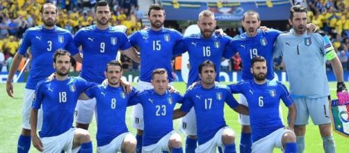 La Nazionale italiana schierata per la foto di rito prima della gara contro la Svezia