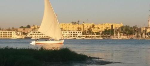 Les flots paisibles du Nil à Louxor, au coucher du Soleil.