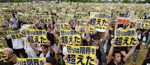Miles de personas manifestándose en contra de las bases militares