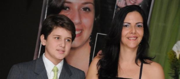 Alexandre Ivo com a mãe. Ele foi torturado e assassinado aos 14 anos, por homofobia.