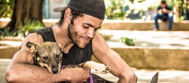 Lucas e sua cadela Sasha (Foto: Edu Leporo)