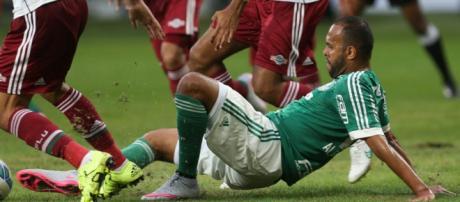 Alecsandro disputa bola em jogo do Palmeiras.
