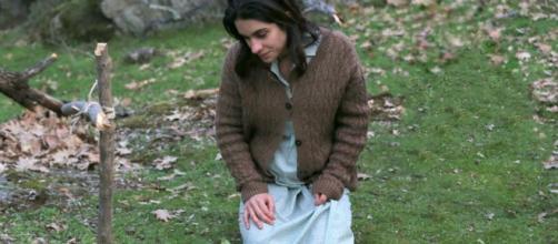 Il Segreto, anticipazioni 1042: Ines piange sulla tomba di sua figlia
