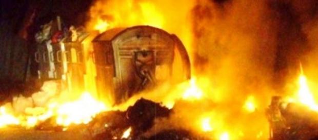 Roma, emergenza rifiuti: cassonetti incendiati