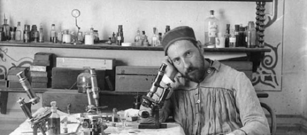 Santiago Ramón y Cajal en su laboratorio allá por el año 1884.