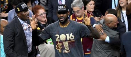 Lebron James celebra el título con Cleveland, su tercer anillo