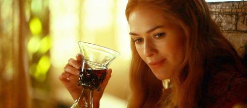 Cersei Lanister con una copa de vino - HBO