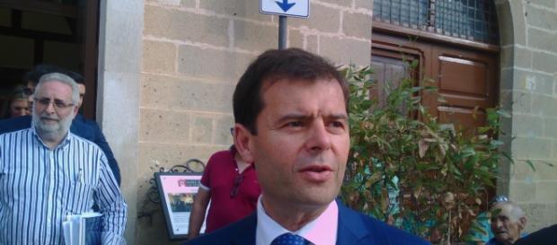 Il sindaco di Taviano, Giuseppe Tanisi, prima del consiglio comunale.