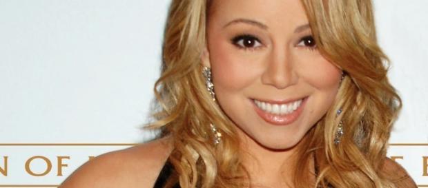 Mariah Carey posts photo in sexy black bra