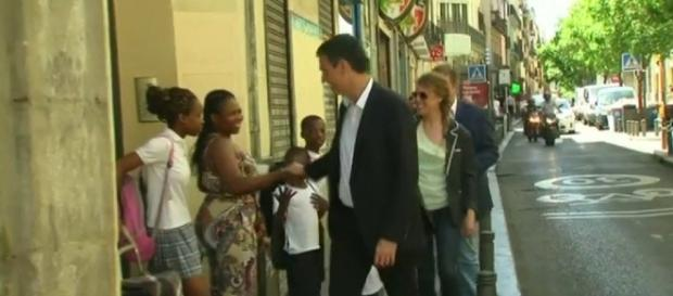 Pedro Sánchez saludando a una familia negra (Antena 3)