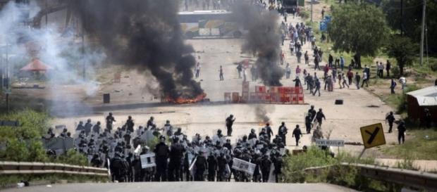 Policías y maestros enfrentándose en las carreteras