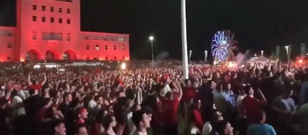 Sărbătoare pe străzile Tiranei după victoria istorică a Albaniei