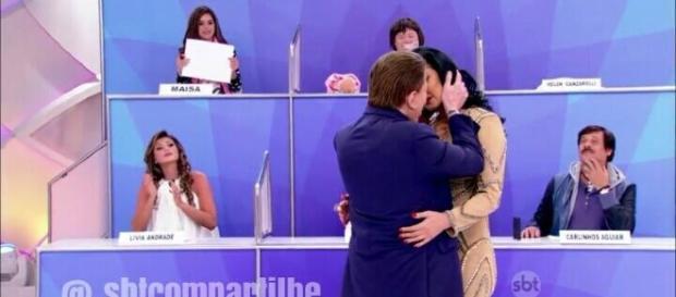 Silvio Santos quase beija convidada de programa