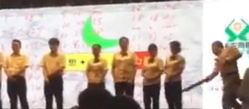 Captura de vídeo de funcionários de Banco chinês a serem espancados pelo mau desempenho.