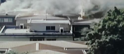 L'incendio sul tetto della scuola a Milano