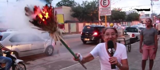 Dona Irene 'mitou' na internet com sua participação na corrida da tocha Olímpica acendendo sua vassoura.